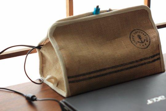 電源ケーブルとタップをティッシュボックスケースでスッキリ隠す [充電もしやすい!]