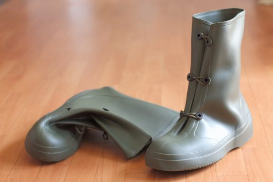 長靴の代わりにカッコよく便利なオーバーブーツはいかが?[梅雨対策]